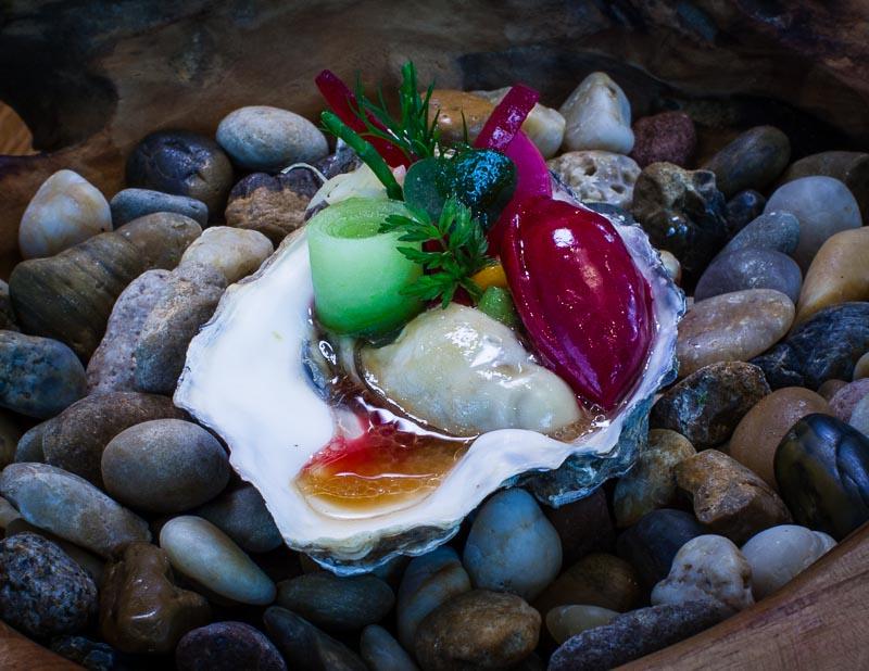 Die Gillardeau Auster liegt in einer Miso-Vinaigrette und an ihrer Seite ein Rote-Beete-Eis / © FrontRowSociety.net, Foto: Georg Berg