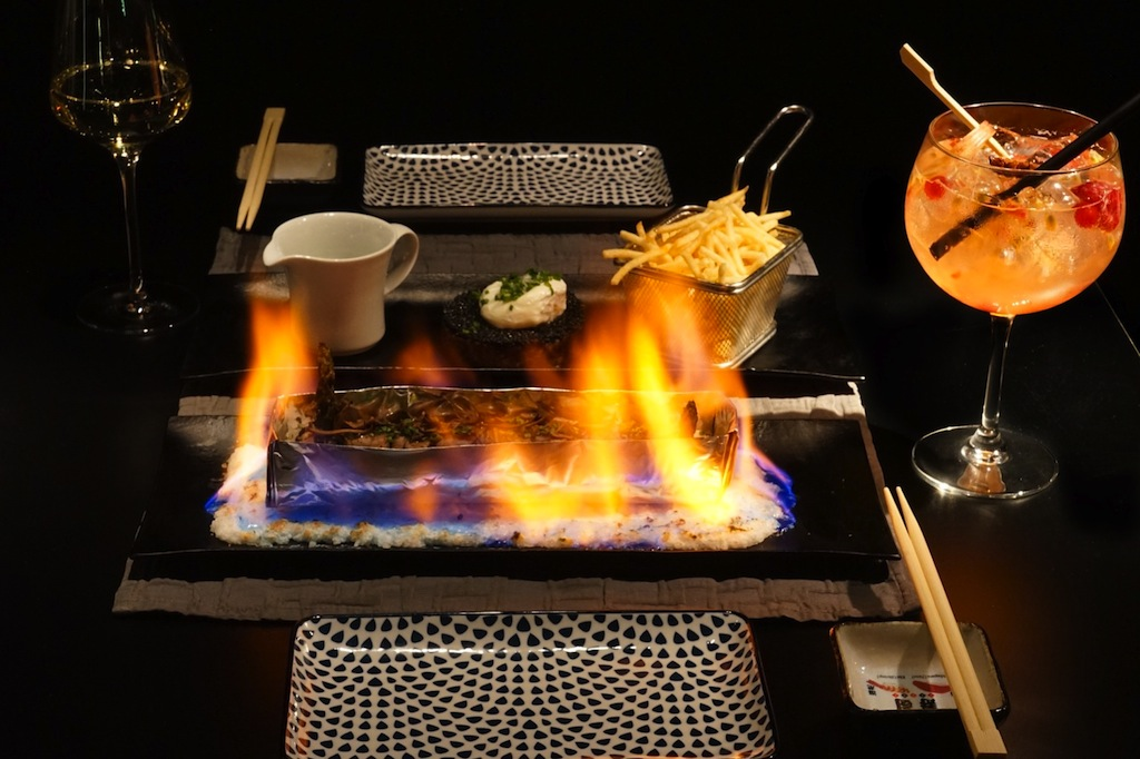Die Foie Gras Roll Puerto Portals wird mit dem flambierten US-Beef am Tisch spektakulär in Szene gesetzt