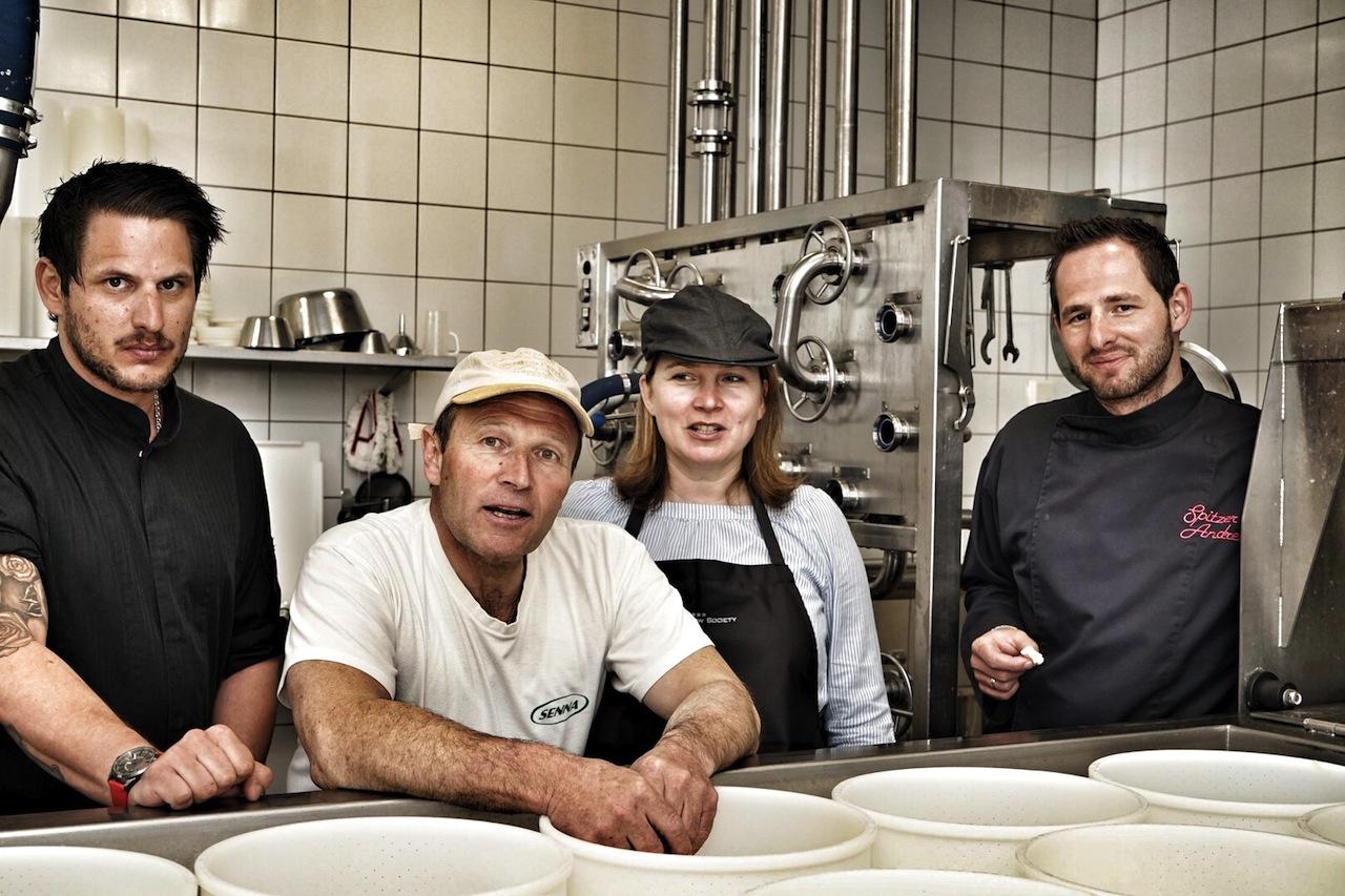 Zu Besuch in Hermann Hubers Käserei: Sous Chef im Hotel Fliana Patrick Spitzer (li.), Hermann Huber (2.v.li.), FrontRowSociety-Redakteurin Annett Conrad (2.v.re.) sowie Chef de Cuisine des Designhotel Fliana und Andreas Spitzer (re.)