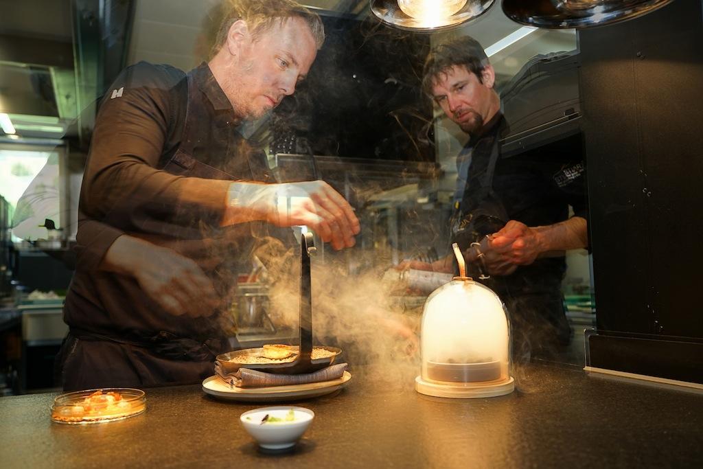 Der Champagner wurde bereits zum Auftakt serviert und Chefkoch Gunther Döberl hat in der Küche alles fest im Griff