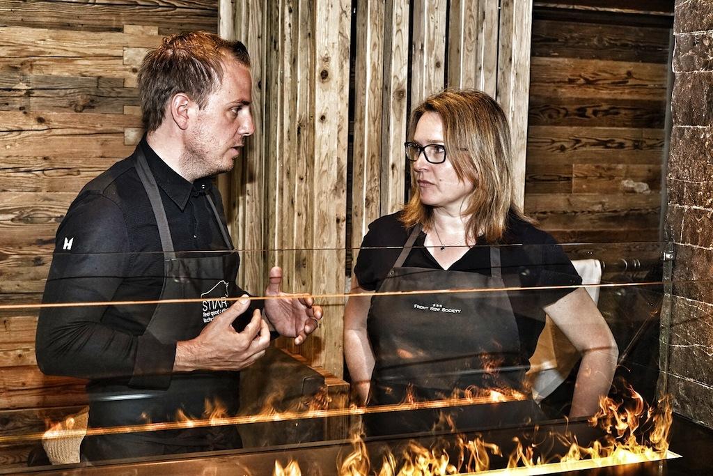 Chef de Cuisine vom Hauben-Restaurant STIAR Gunther Döberl (li.) im Gespräch mit FrontRowSociety-Redakteurin Annett Conrad (li.) über Küchenphilosophie, Visionen und Persönliches