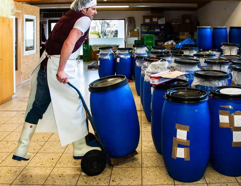 Die Produktionsstätte von Peter Koch befindet sich in einem ehemaligen Nahkauf, der eine eigene Metzgerei betrieb. Der ideale Raum für die Profimaschinen, die das Getreide verarbeiten. Bis zu 400 kg Würze stellt er hier pro Woche her / © FrontRowSociety.net, Foto: Georg Berg