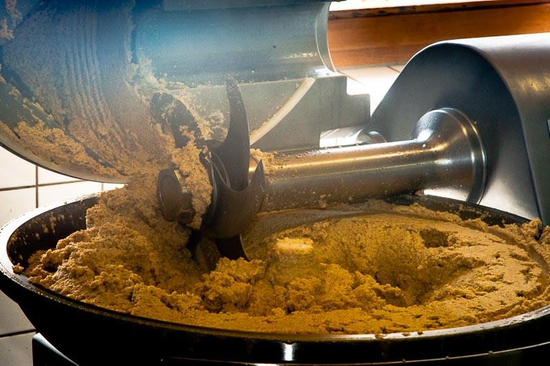 Hier dampft der frisch zerkleinerte Soja-Miso-Grundstoff vor sich hin / © FrontRowSociety.net, Foto: Georg Berg