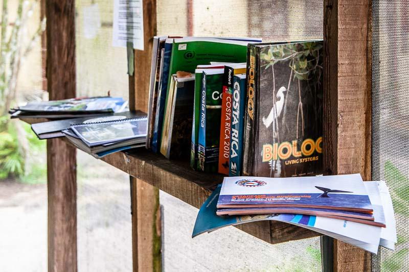 Die Präsenzbibliothek mit Wissenschafts- und Reiselektüre steht im Speise- und Tagungsraum / © FrontRowSociety.net, Foto: Georg Berg