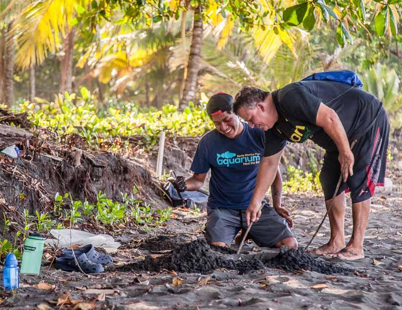 Der Forscher und der ehemalige Wilderer auf der Suche nach einem Nest, dass an seinem natürlichen Ort geblieben ist. Fabian gibt zu, dass er noch immer viel von Carlos lernen kann / © FrontRowSociety.net, Foto: Georg Berg