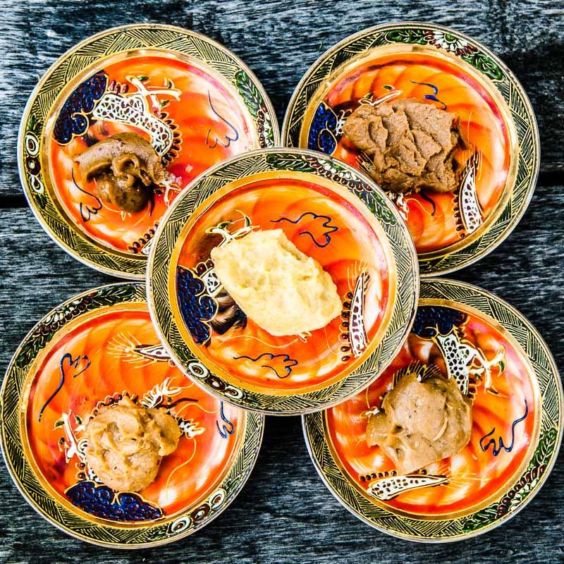 Die Vielfalt der Miso-Pasten entsteht durch die Variation der Zutaten, hier beispielsweise: Miso-Mare mit Algen oder helles Miso aus Weißlupinen / © FrontRowSociety.net, Foto: Georg Berg