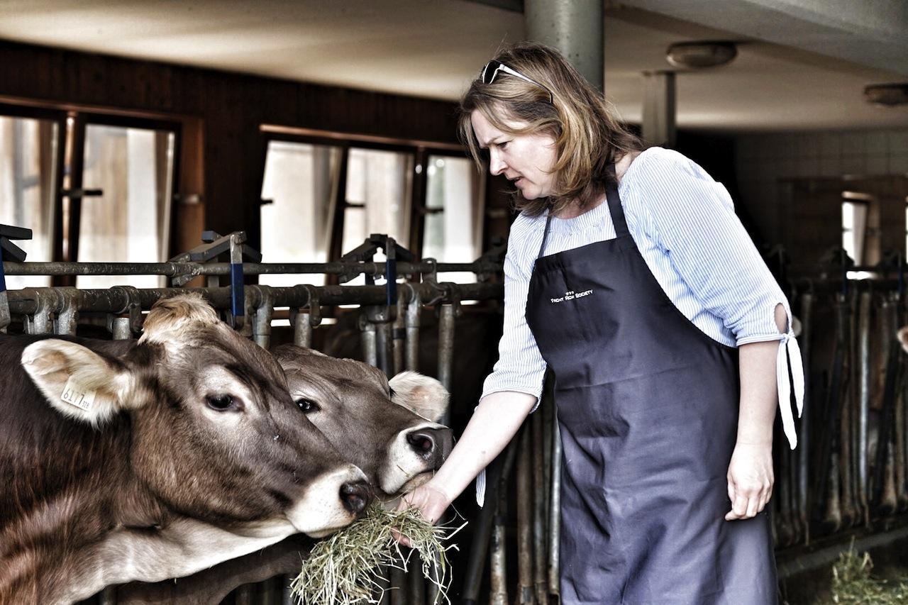 FrontRowSociety-Redakteurin bei der großen Raubtierfütterung auf dem Weg zur Käserei. Glücklicher Weise ist das Tiroler Braunvieh recht gutmütig