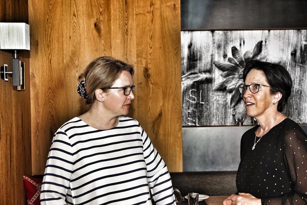 Hausherrin im Hotel Fliana Hildegard Eiterer (re.) im Gespräch mit FrontRowSociety-Redakteurin Annett Conrad (li.)