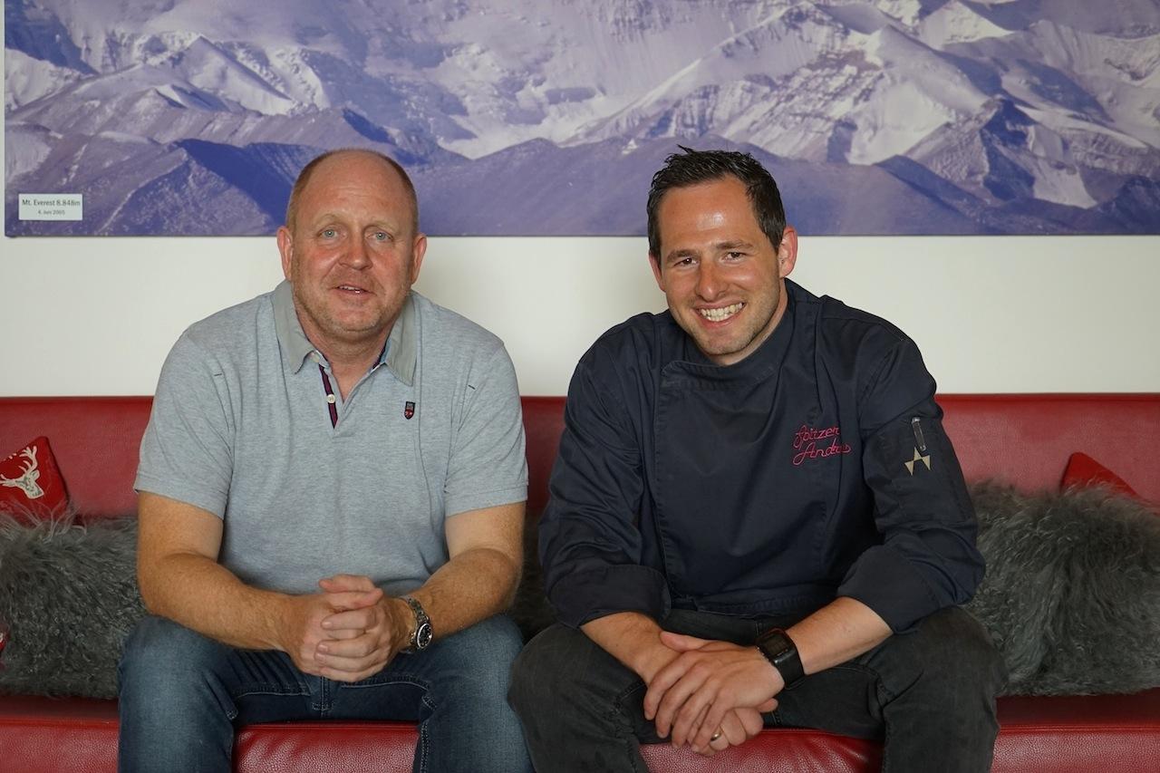 Vor dem Hintergrund des Mount Everest, den Hausherr Christian Eiterer bereits bezwungen hat, trafen sich Herausgeber Andreas Conrad (li.) und Haubenkoch Andreas Spitzer (li.)
