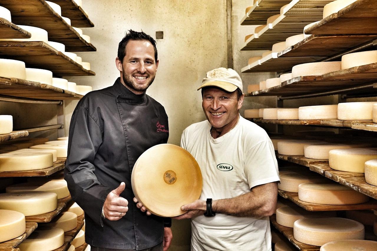 Zwei Käsespezialisten: Haubenkoch und Käsesommelier Andreas Spitzer (li.) mit Gastronom und Senner Hermann Huber (re.) in dessen Käserei in Galtür