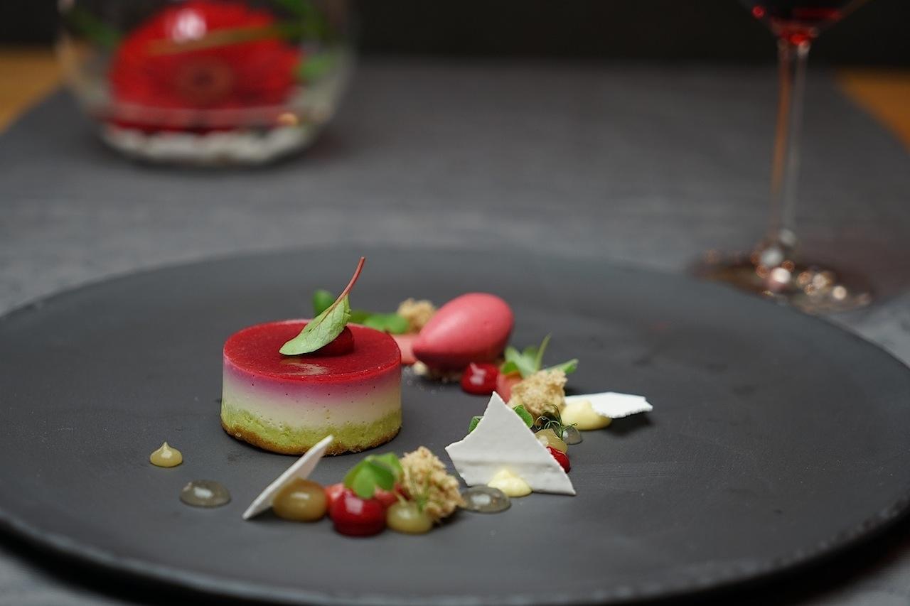 Einen himmlischen Abschluß bildete das Dessert von Himbeere, Rhabarber, Topfen und Pistazie