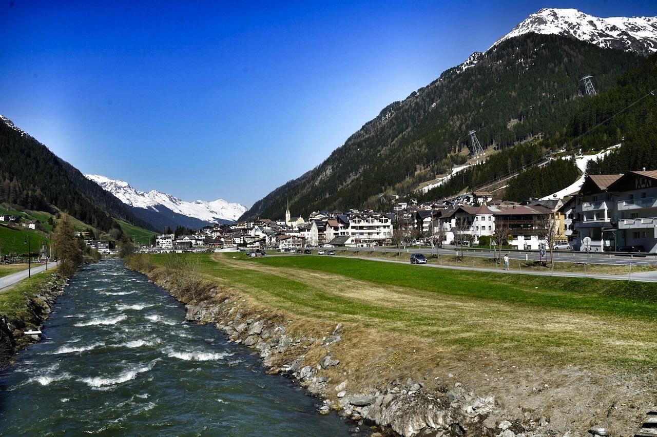 Bereits an lauen Frühlingstagen lockt das Tal Wanderer und Biker an, obwohl die Berge noch in der Hand der Skifahrer sind / © Redaktion FrontRowSociety.net