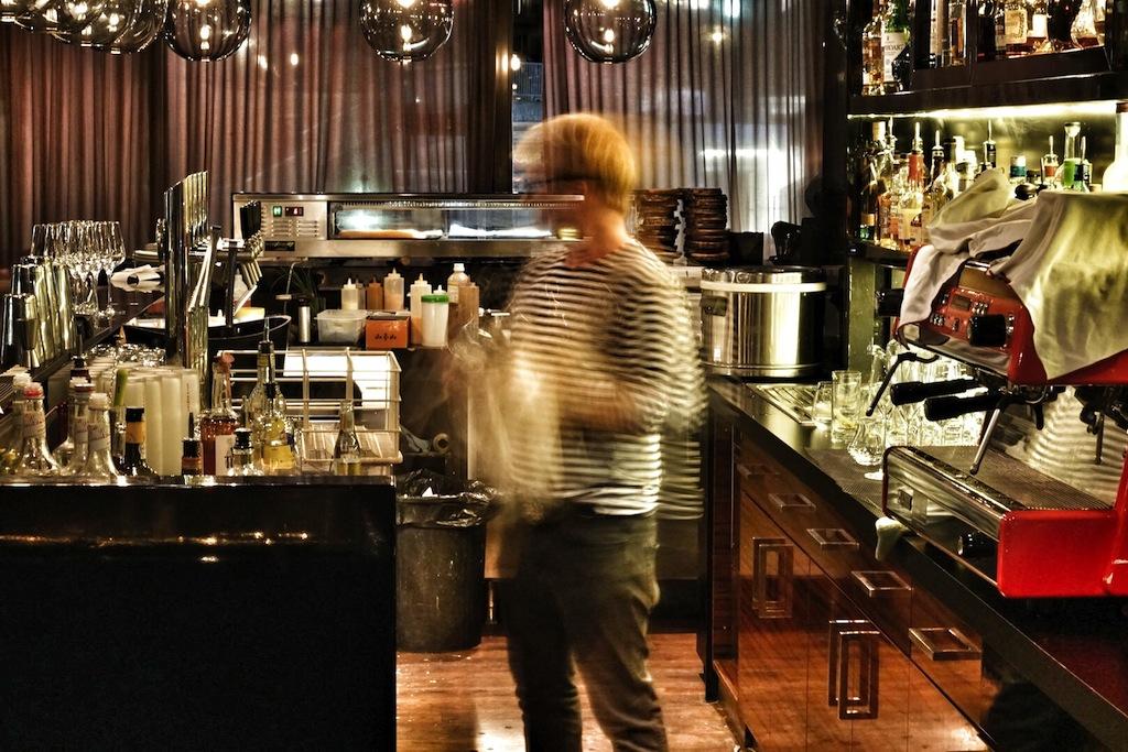 Stylische Baratmosphäre im Ischgler Lucy Wang: In dem meist bis zum letzten Platz besetzten Sushi-Restaurant herrscht Betriebsamkeit hinter dem Tresen, Jan Wespen kreiert hier fabelhafte Cocktails und hält einige gute Weinpositionen parat