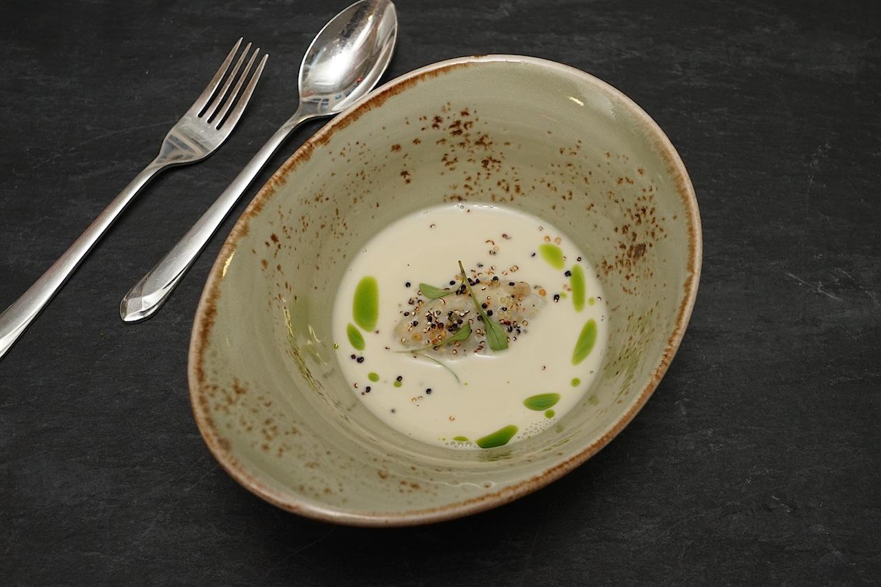 ... verwöhnte den Gaumen der Gäste mit Hechtklösschen & eigenem Kaviar, flüssigem Spargel, Kokosmilch und Zitronenverbene