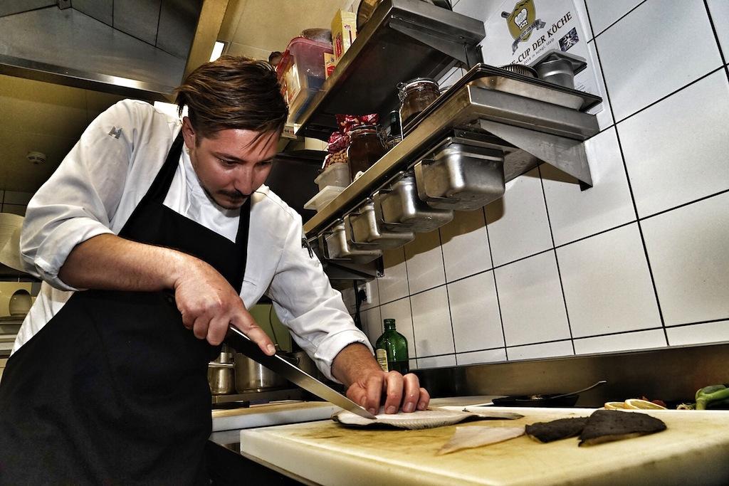 Gelernt ist gelernt: Raphael Herzog bei der Zubereitung des Steinbutts