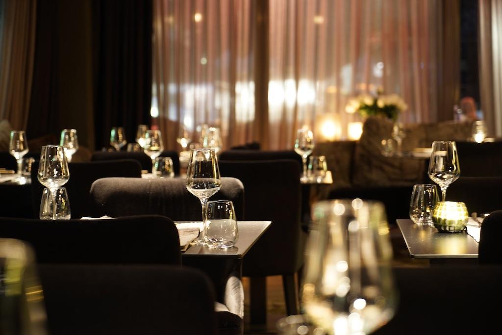Im schwarzen Hochglanzformat präsentiert sich das Innere des Hauben-Restaurants Lucy Wang in Ischgl