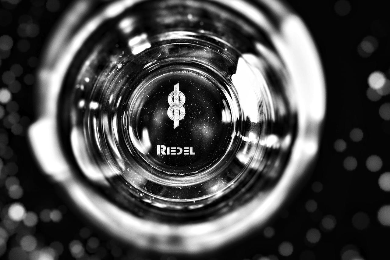 Das speziell von Riedel und Minus 181 designte Wasserglas trägt eine Gravur im Boden
