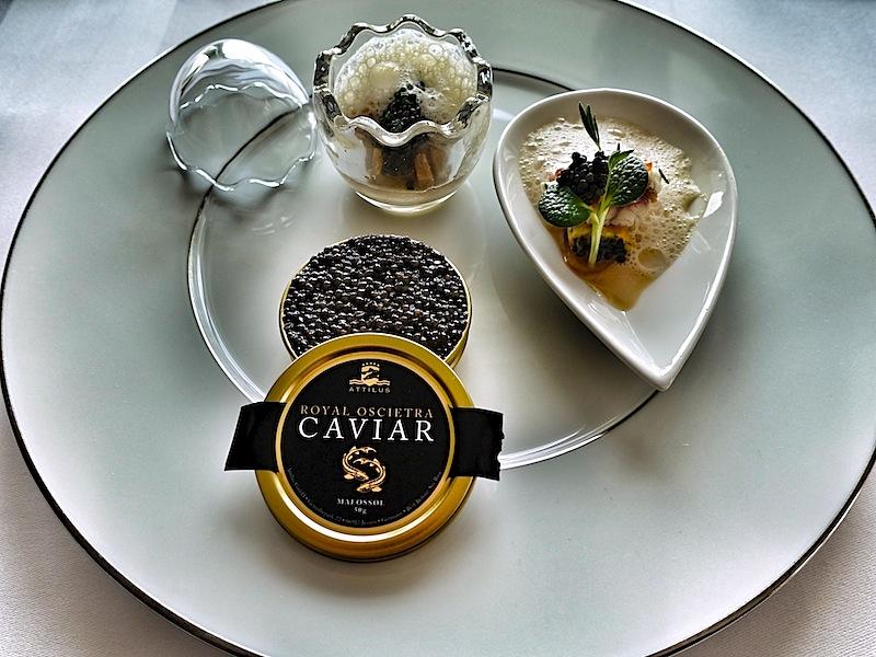 Rindertatar verborgen unter einer Schicht Kaviar von Attilus, Schalottencreme, geräucherter Ostseeaal und Kartoffel-Nuss-Butter-Püree