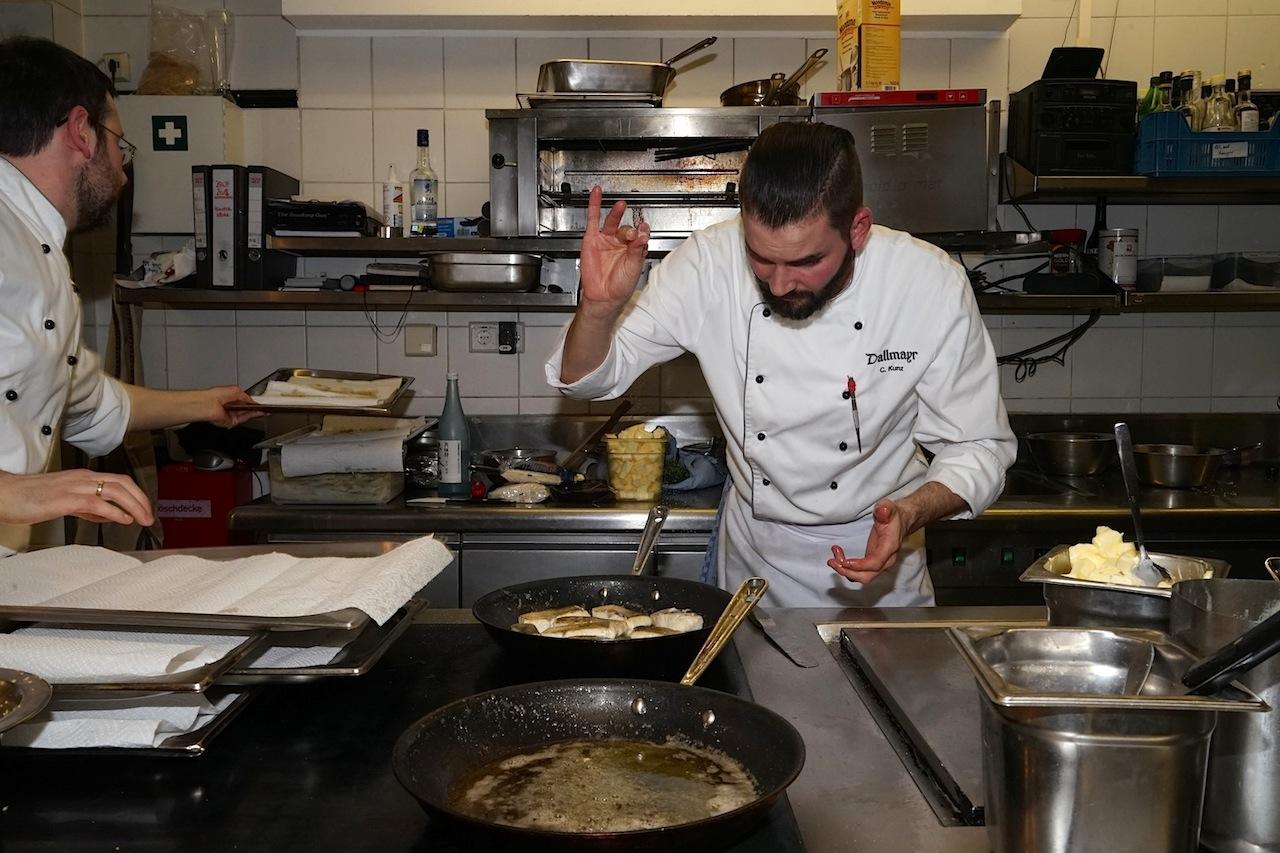 Diethard Urbanskys Küchenteam weiß worauf es ankommt. Hier Sous Chef Christoph Kunz bei der Arbeit