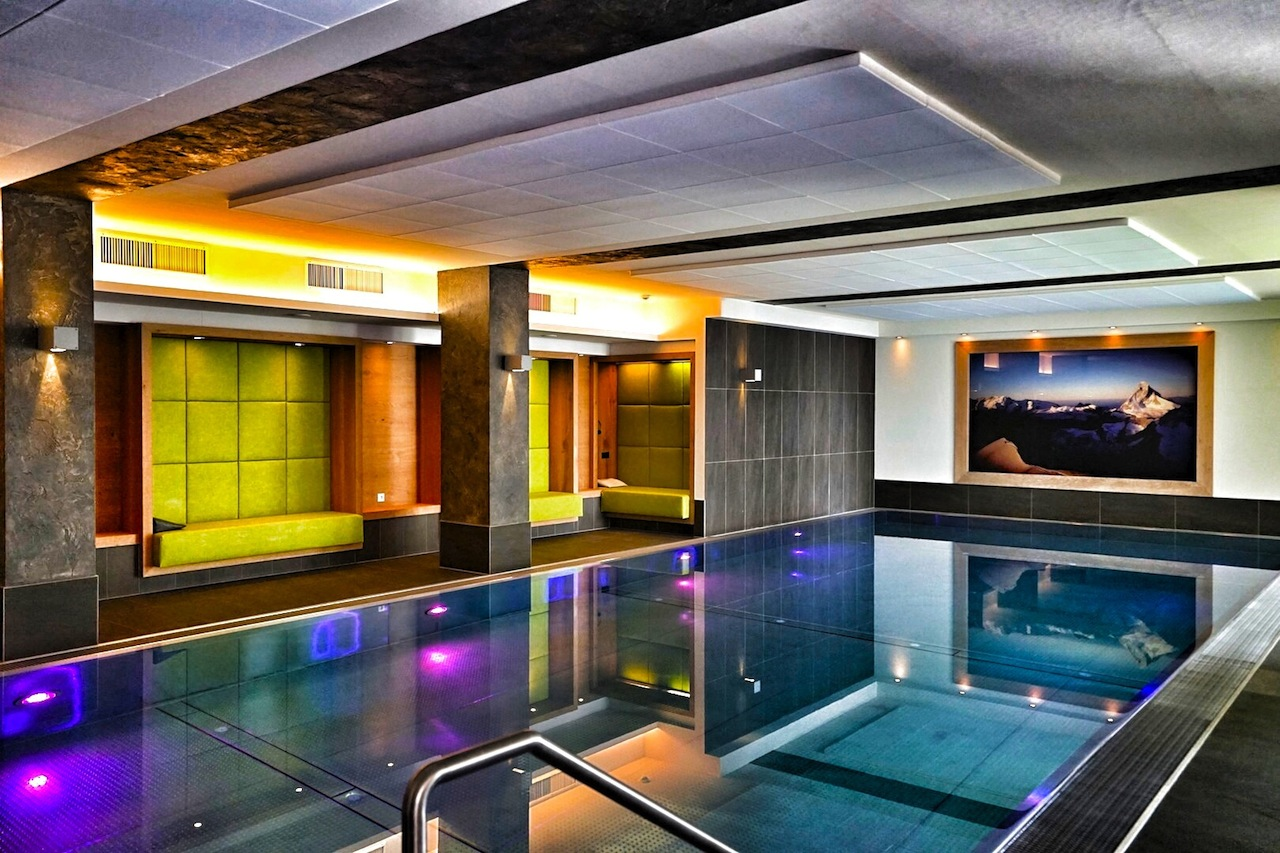 Pack die Badehose ein... Ästhetik und Dynamik verkörpert das Sportbecken im Fliana