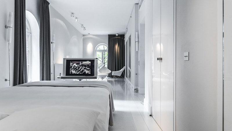 Obwohl in einem riesigen Industriekomplex gelegen, ist Blow Up Hall 5050 mit 22 Zimmern ein vergleichsweise kleines Hotel. Die Zimmer sind alle unterschiedlich luxuriös-futuristisch eingerichtet. Auch hier im Stil der Installation von Rafael Lozano-Hemmer / © Blow-Up-Hall 5050