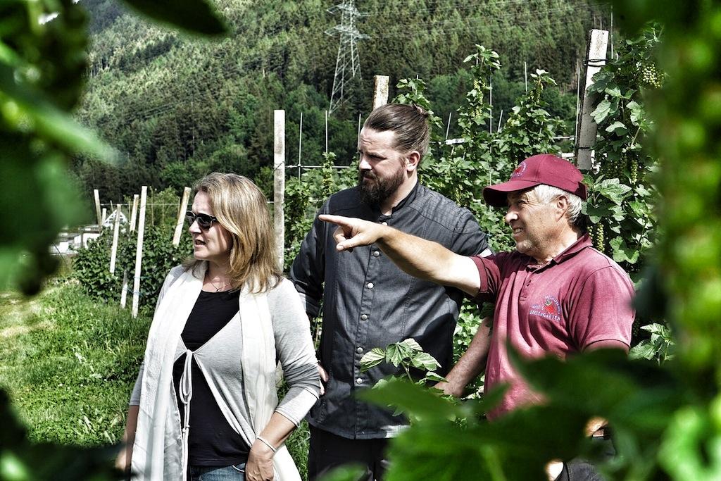 Martin Mair (re.) ist inzwischen Herr über 7 Hektar Obstwiesen und Felder für die verschiedensten Früchte