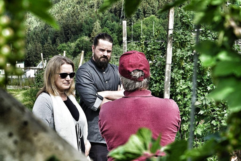 Inmitten seines Beerengartens philosophiert der studierte Chemiker Martin Mair (re.) über Qualität, Regionalität und der Arbeit in der Natur mit Mario Döring (mi.) und Annett Conrad (li.)