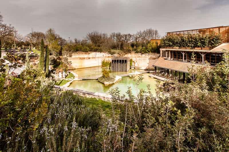 Das Hotelgebäude im Stil einer toskanischen Villa ist in einen ehemaligen Steinbruch gebaut. So fügt sich das Hotel Adler Thermae in die von der UNESCO geschützte Landschaft / © FrontRowSociety.net, Foto: Georg Berg