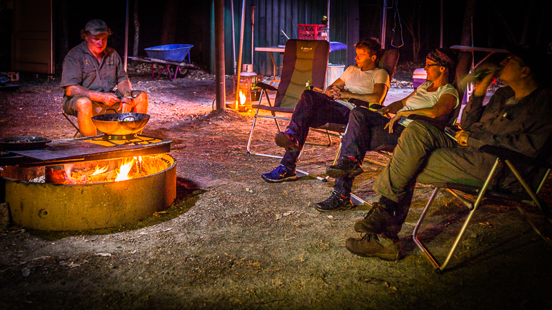Im Lager, dass Sab Lord selbst betreibt, schläft man in fertig aufgebauten Steilwandzelten und das Kanguru-Geschnetzelte mit Gemüse wird vom Chef persönlich über dem offenen Feuer zubereitet. Gegessen wird dann stilvoll mit dem Besteck, das er von seiner Mutter geerbt hat / © FrontRowSociety.net, Foto: Georg Berg