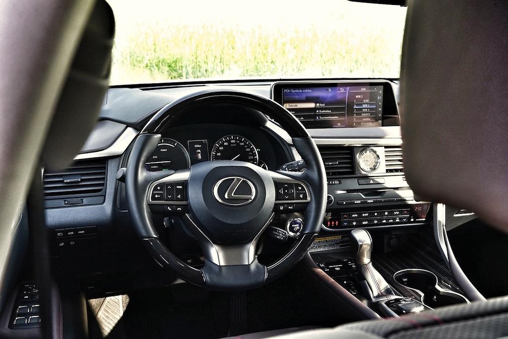 Das Cockpit des Lexus RX 450h ist aufegräumt und die Bedienung ist nahzu intuitiv