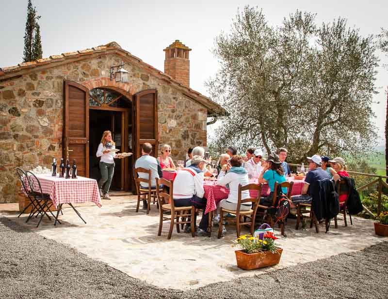 Besuch bei Tiziana Pasquini. Der Familienbetrieb produziert Olivenöl, Wein und Hartweizen für Pasta. Am Mittag gibt es einen herzhaften Imbiss und Kostproben von Wein und Olivenöl / © FrontRowSociety.net, Foto: Georg Berg