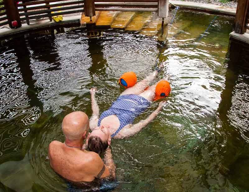 Haki-Flow, eine innovative Behandlungsmethode, die Verspannungen im Nacken und Schulterbereich löst. Therapeut Antonio zieht Redakteurin Angela Berg in schlangenartigen Bewegungen durch das Wasser / © FrontRowSociety.net, Foto: Georg Berg
