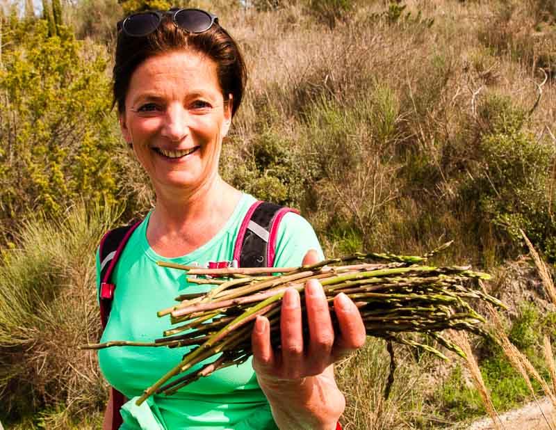Christina Mairhofer, die Frau die zu jedem Hügel im Val d'Orcia Geschichten erzählen kann, hält eine ordentliche Ausbeute hoch / © FrontRowSociety.net, Foto: Georg Berg