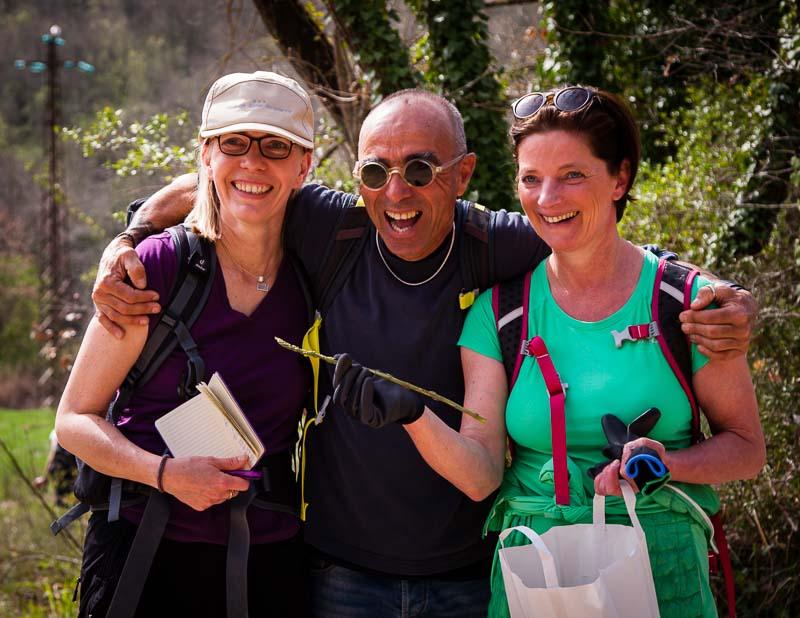 Der Held des Tages. Ohne Giulio, hier mit Christina Mairhofer (r.) und Angela Berg (FronRowSociety.net, links) wäre unsere Sammeltüte leer geblieben / © FrontRowSociety.net, Foto: Georg Berg