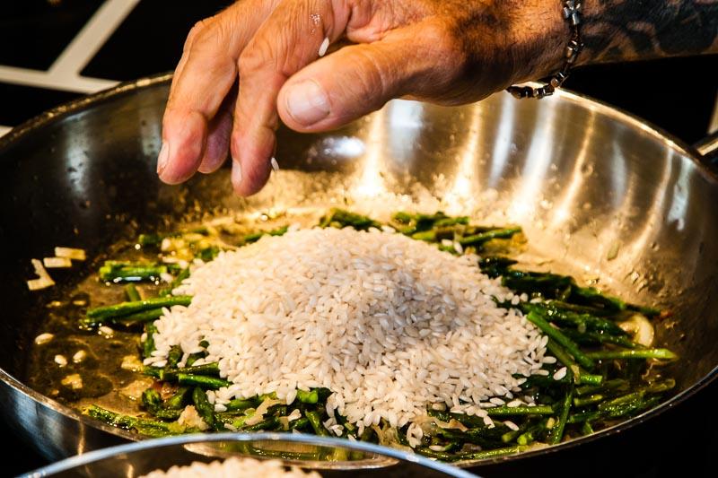 Faustregel: zwei Hand voll Reis pro Person! / © FrontRowSociety.net, Foto: Georg Berg
