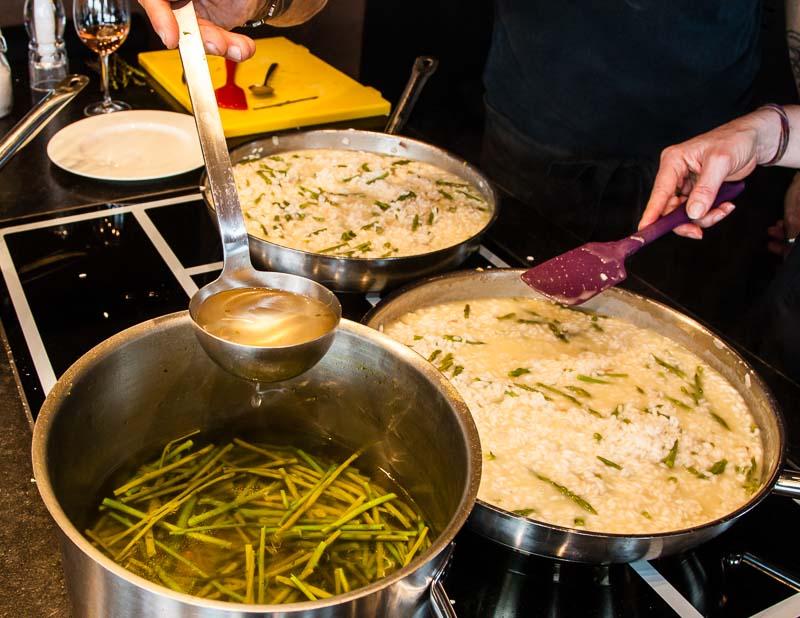 So kommt das Spargelaroma in den Reis: Gemüsebouillon mit ausgekochten Spargelenden / © FrontRowSociety.net, Foto: Georg Berg