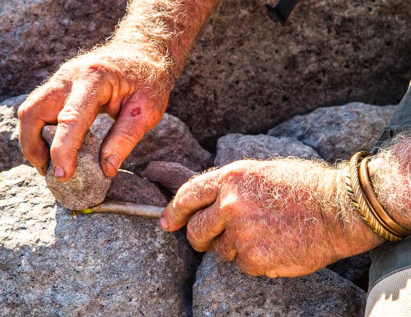 Durch quetschen der Schnittkante mit einem Stein, erhält man einen Pinsel / © FrontRowSociety.net, Foto: Georg Berg
