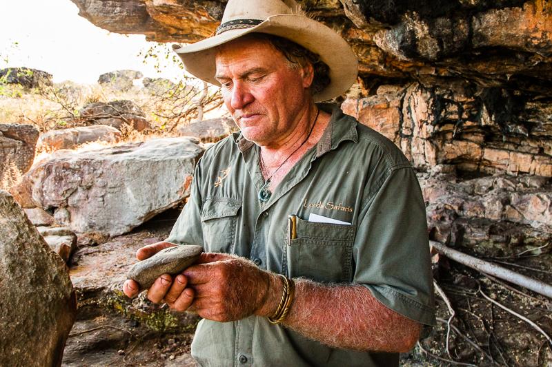 Ergonomisch geformter Faustkeil. Das Steinzeit-Handy liegt glücklicherweise wieder an seinem ursprünglichen Fundort. Ein amerikanischer Tourist hatte ihn vor ein paar Jahren mitgehen lassen. In Tasmanien ist er kurz darauf gestellt werden, weil Sab sich an die Reisepläne erinnert hat / © FrontRowSociety.net, Foto: Georg Berg