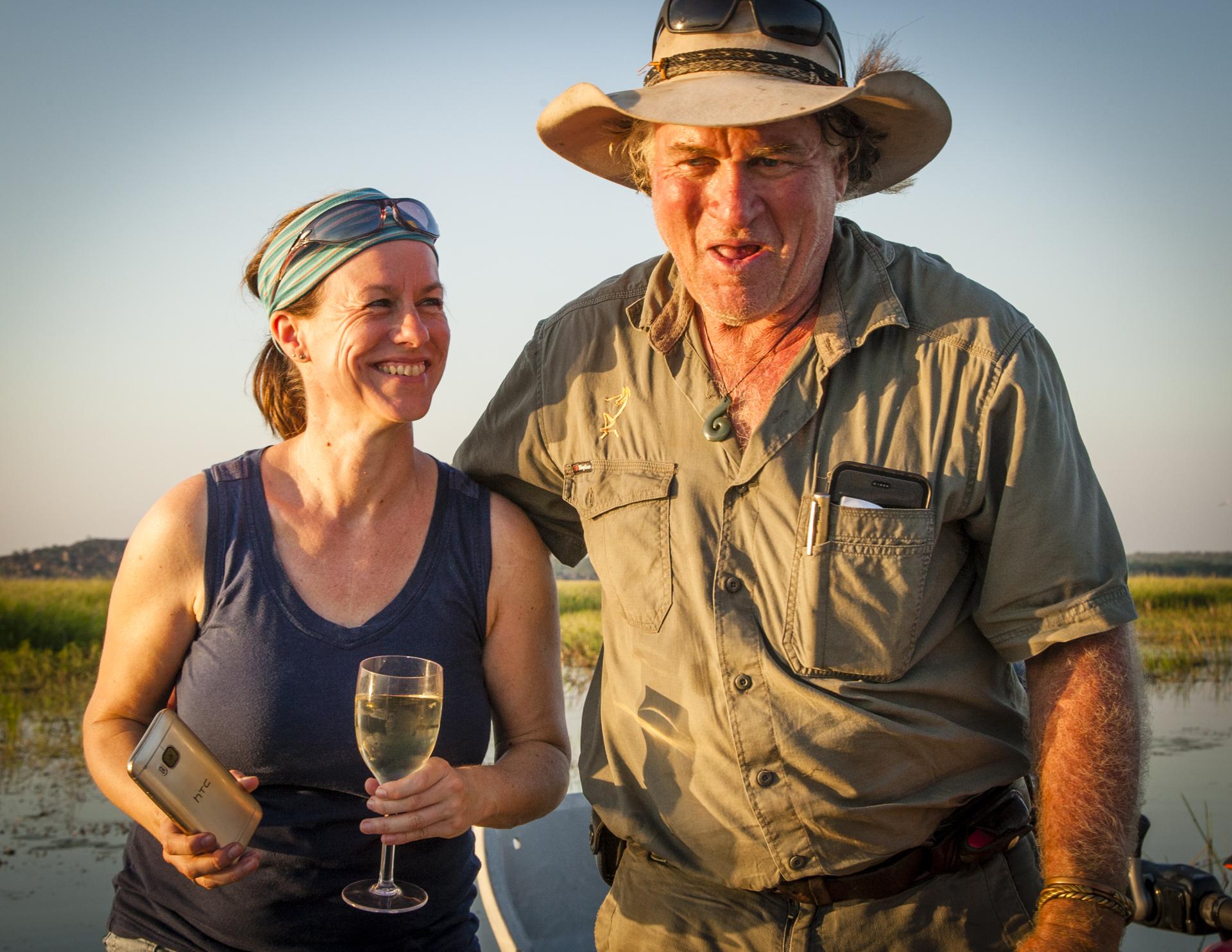 Katja Bockwinkel vertritt das Tourismus-Marketing des Northern Territory in Deutschland. Sab Lord kennt sie schon lange und genießt mit ihm den Sonnenuntergang auf dem Billabong / © FrontRowSociety.net, Foto: Georg Berg