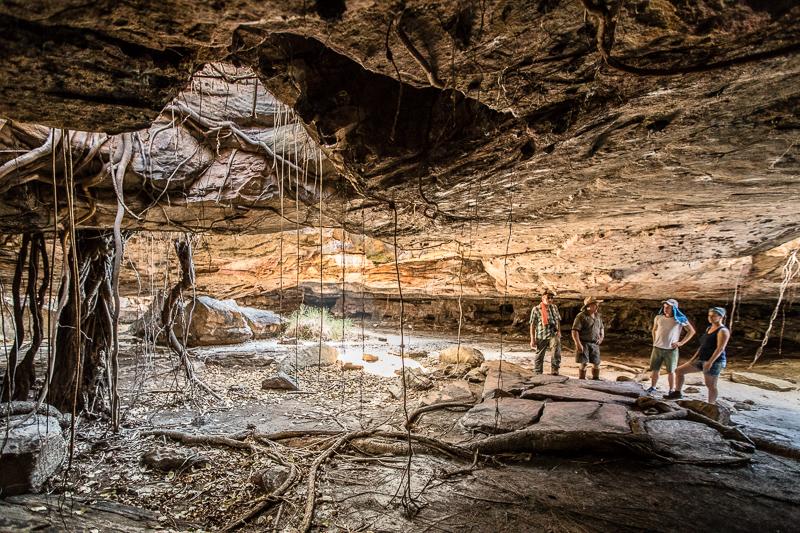Ehrfürchtig betreten wir die riesige Höhle, in der seit zig Tausend Jahren Menschen wohnen und ihre Toten bestatten / © FrontRowSociety.net, Foto: Georg Berg