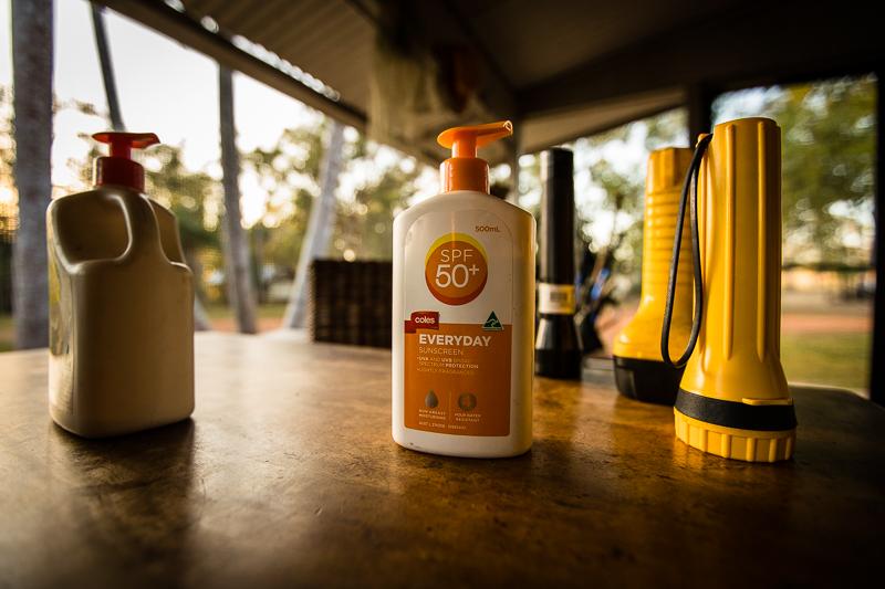Taschenlampen, Insekt-Repellent und große Flaschen Sunblock sollen unbedingt benutzt werden / © FrontRowSociety.net, Foto: Georg Berg