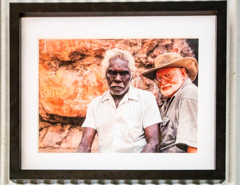 Max Davidson (rechts) mit Big Charly, einem Familienvorstand der traditionellen Landeigentümer / © FrontRowSociety.net, Fotoreproduktion: Georg Berg