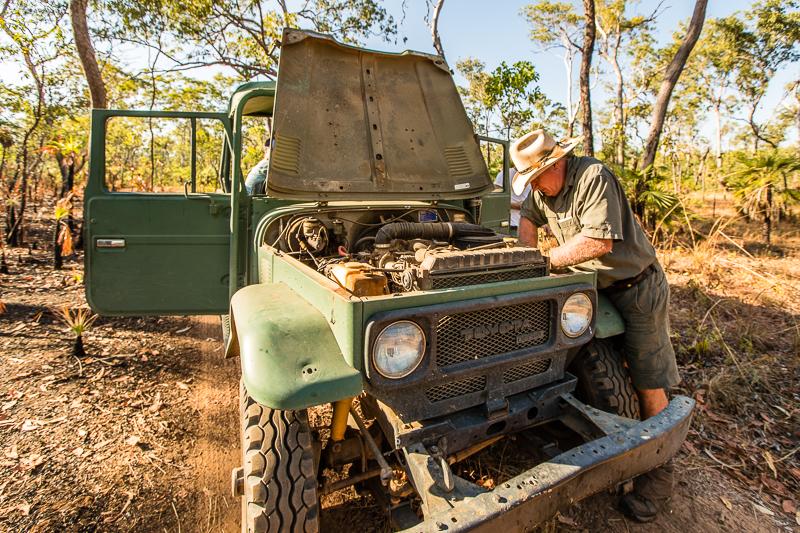 Die Macken des alten Toyotas werden mit Bordmitteln repariert. Das Geheimnis ist eine Spraydose mit hochkonzentriertem Insektenschutzmittel, mit der Keilriemen eingesprüht wird / © FrontRowSociety.net, Foto: Georg Berg