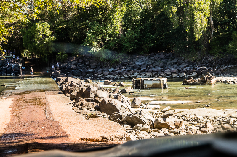 Wracks an der Cahills Crossing. Der East Alligator River ist bei Ebbe leicht zu durchqueren. Während der Flut werden Autos schon mal weggespült / © FrontRowSociety.net, Foto: Georg Berg