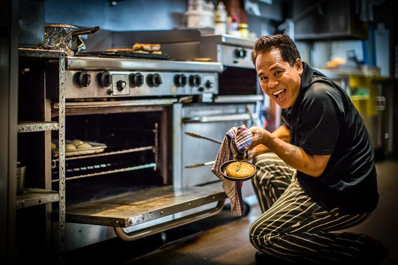 Made aus Bali ist seit Jahren Küchenchef der Bamuru Plains Lodge und für viele der gut betuchten Gäste ein guter Grund, hier her zu kommen. Manch einer hat ihn schon für eigene Festlichkeiten gebucht / © FrontRowSociety.net, Foto: Georg Berg