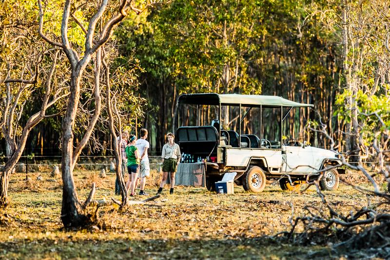 Sundowner nach der Safari mit Canapes und kühlen Getränken von der Ladefläche / © FrontRowSociety.net, Foto: Georg Berg
