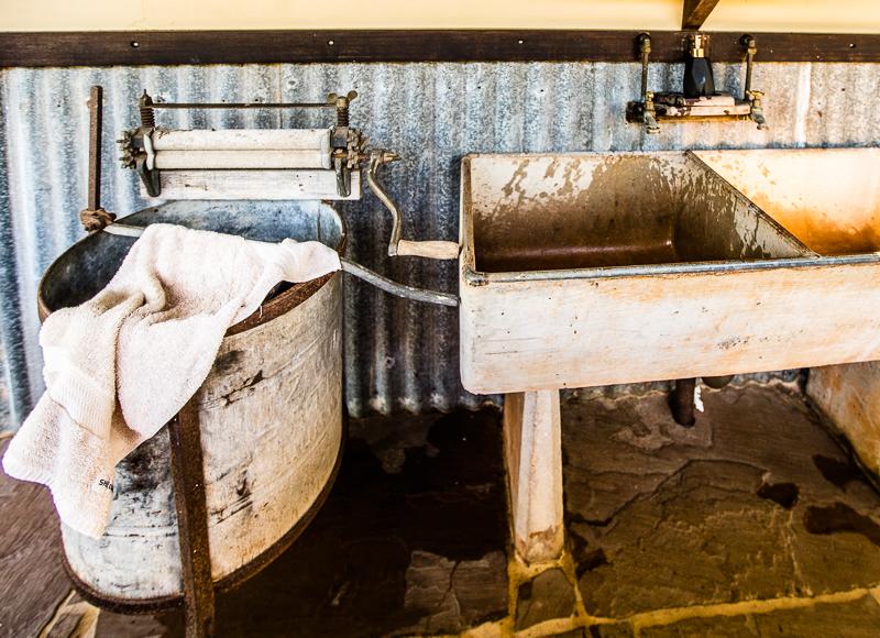 Einrichtungsgegenstände aus der Zeit der Pioniere gehen mit der edlen Reinigungslotion eine Verbindung ein, die provoziert und gleichzeitig den Erfahrungshorizont erweitert / © FrontRowSociety.net, Foto: Georg Berg