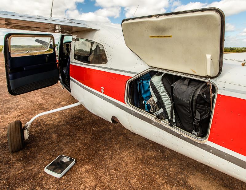 Nicht nur das Gepäck wird gewogen. Alle Passagiere bekommen in der Cessna 210 ihren Sitzplatz nach dem Gewicht zugewiesen, das sie auf die Waage bringen / © FrontRowSociety.net, Foto: Georg Berg