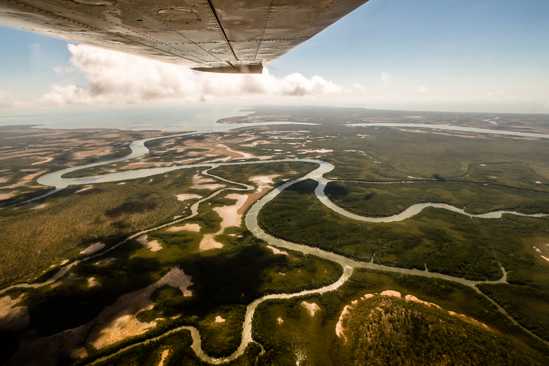 In der Regenzeit nur aus der Luft zu erreichen: Das Outback hinter Darwin ist von vielen Wasserläufen durchzogen. Brücken sind Mangelware / © FrontRowSociety.net, Foto: Georg Berg