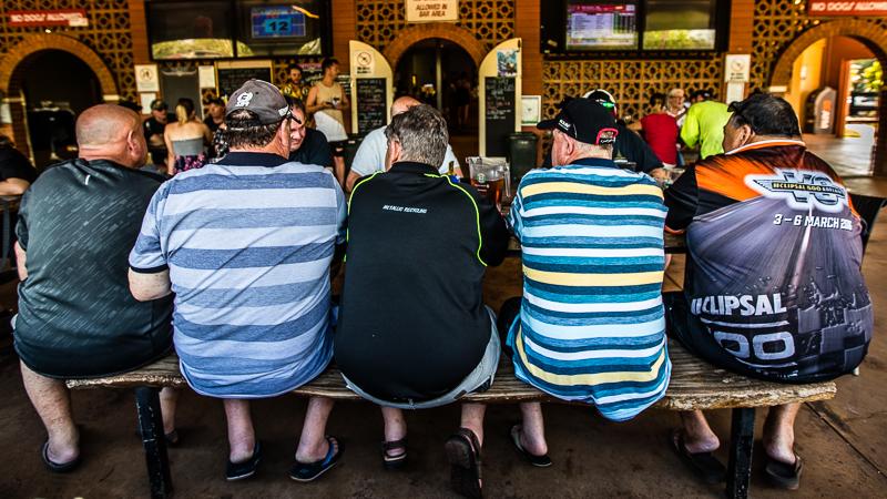 Die Therasse des weltberühmten Humpty Doo Hotels. Hier trinkt man Bier nur gegen den größten Durst / © FrontRowSociety.net, Foto: Georg Berg